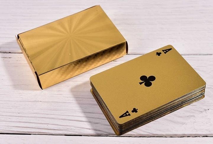 baraja de cartas con acabado oro